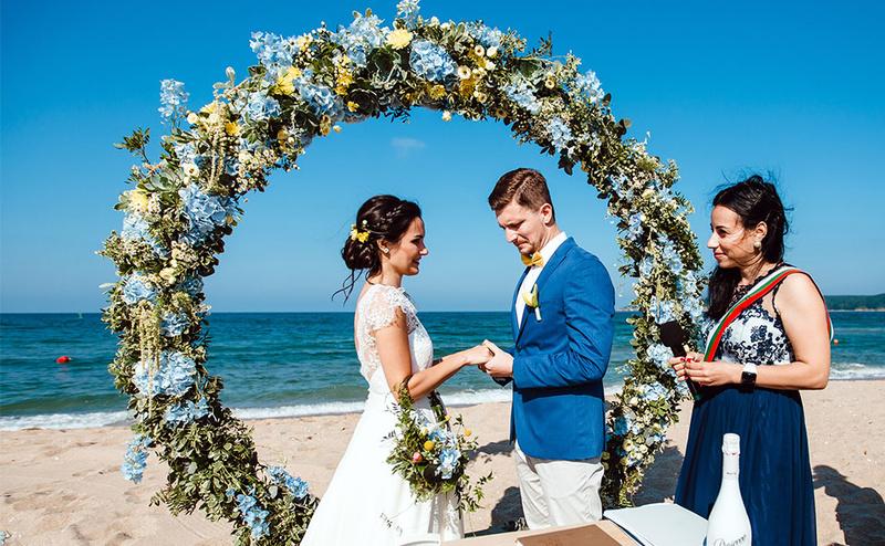 Сватба на морето с ритуал на плажа